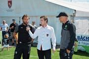 Heris Stefanachi stellt sich den Fragen von FC Bazenheid-Pressechef Rafael Koch. Er bleibt dem Vertreter der 2. Liga interregional eine weitere Saison erhalten. FC St.Gallen-Trainer Peter Zeidler hört interessiert zu. (Bild: Beat Lanzendorfer)