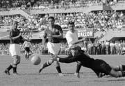 Diesen Ball hält der Schweizer Torhüter Eugene Parlier. Doch insgesamt muss er gegen Österreich 1954 in Lausanne gleich sieben Mal hinter sich greifen. (KEYSTONE/PHOTOPRESS-ARCHIV/Str)
