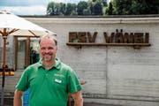 Andreas Hofstetter, Präsident der Schützengesellschaft Wängi-Tuttwil, posiert in Wängi vor einem der neun Schiessplätze des Kantonalschützenfestes. (Bilder: PD)