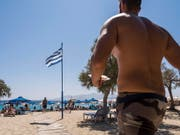 Bei Schweizerinnen und Schweizern zählen im Sommer nach wie vor die Mittelmeerländer wie Griechenland zu den beliebtesten Reisezielen. (Bild: KEYSTONE/ALESSANDRO DELLA VALLE)