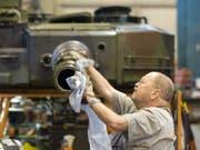 Ein Mitarbeiter des Rüstungskonzerns Ruag bearbeitet ein Panzerrohr. Diese Arbeiten sollen in Zukunft von der neu zu gründenden Firma MRO Schweiz geleistet werden. (Bild: Keystone/PETER SCHNEIDER)
