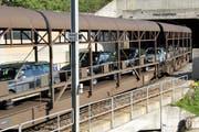 Ein Autoverlad-Zug der Matterhorn-Gotthard-Bahn unterwegs von Oberwald nach Realp durch die Furka. (Achivbild: Luzerner Zeitung)