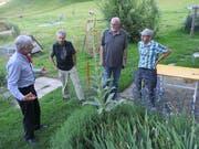 Hans Neff, auf dessen Biohof die Delegiertenversammlung stattfand, erläutert die heimische Artenvielfalt. (Bild: PD)
