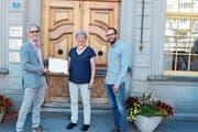 Andreas Welz und Stefan Bänziger übergeben die Unterschriften der Gemeindepräsidentin Dorothea Altherr. (Bild: CAL)