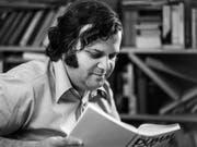 Damals war er noch der «Lehrer der Nation»: Sonderklassenlehrer Jürg Jegge bei der Präsentation seines Buchs «Dummheit ist lernbar» im Jahr 1977. (Bild: KEYSTONE/STR)
