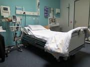 Wegen der Wintergrippe gab es im vergangenen Jahr 2000 Todesfälle mehr als 2016. (Bild: KEYSTONE/GAETAN BALLY)