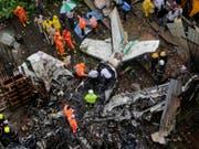 Beim Absturz eines Kleinflugzeugs in einem dicht besiedelten Gebiet der indischen Wirtschaftsmetropole Mumbai sind fünf Menschen ums Leben gekommen. (Bild: Keystone/AP/RAJANISH KAKADE)