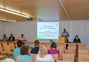 Gemeindepräsident Patrick Marcolin leitet die Bettwieser Gemeindeversammlung vor sehr wenig Publikum. (Bild: Christoph Heer)