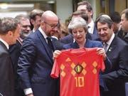 Die britische Premierministerin Theresa May erhält vom belgischen Premier Charles Michel ein belgisches WM-Trikot mit der Nummer 10. (Bild: Keystone/AP/GEERT VANDEN WIJNGAERT)