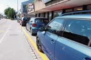 Klare Trennung zum Trottoir vor der Bäckerei Dörig: zwei Pfosten und eingezeichnete Parkplätze. (Bild: Susi Miara)
