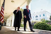 US-Präsident Donald Trump (rechts) sucht einen Nachfolger für Verfassungsrichter Anthony Kennedy. Bild: Jim Scalzo/EPA (Washington, 10. April 2017)