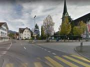 Im Zentrum von Ennetbürgen NW prallte ein betrunkener Rollerfahrer ohne Führerausweis in eine Strassenbeleuchtung. (Bild: googlemaps)