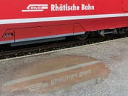 Schriftzug auf einer Zugskomposition der Rhätischen Bahn (RhB). Wegen einer Ölverschmutzung wurde der Bahnverkehr zwischen Pontresina und Poschiavo auf der Berninalinie am Donnerstag vorübergehend eingestellt. (Bild: KEYSTONE/ARNO BALZARINI)
