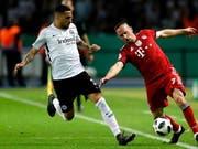 Omar Mascarell (links) spielt künftig für Schalke 04 (Bild: KEYSTONE/EPA/RONALD WITTEK)