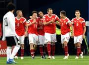 Russland übersteht, auf Kosten von Ägypten um Mohamed Salah (links), die Gruppenphase. (Bild: EPA)