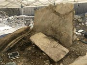 Die Grabstätte von Don Bosco bei ihrer Freilegung. Nur eine der Steinplatten der Grabkammer befindet sich noch in ihrer ursprünglichen, aufrechten Position, die anderen wurden von den Überschwemmungen der Sionne umgerissen. (Bild: Dienststelle Archäologie Wallis) (Bild: ARIA SA, Sion)
