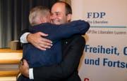 Regierungsratkandidat Fabian Peter (rechts) nimmt Glückwünsche entgegen. (Sempach, 28. Juni 2018))