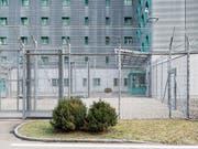 In der Schweiz werden Kinder abgewiesener Asylsuchender inhaftiert. Wie oft dies vorkommt, ist aber unklar. Die Geschäftsprüfungskommission des Nationalrates (GPK) kritisiert die Zustände. (Bild: KEYSTONE/CHRISTIAN BEUTLER)