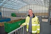 KVA-Geschäftsleitungsmitglied Dieter Nägeli im neuen Annahmezentrum mit den vielen Entsorgungsstationen. (Bild: Mario Testa)