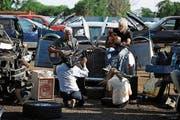 In und um den Rolls-Royce von Elvis wird musiziert. Der Wagen fährt nach Tupelo, Memphis, Nashville, New York, Detroit, Las Vegas. (Bild: PD)