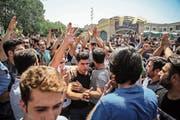 Demonstranten versammeln sich vor dem Haupteingang des Grossen Basars in Teheran und blockieren den Geschäftsbetrieb. Bild: AP (25. Juni 2018)