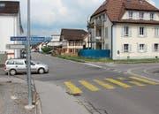 Auf der Schmitterstrasse, bei der Einmündung von Steigstrasse und Kugelgasse, wird der Rechtsvortritt oft nicht gewährt. Wer von hinten auf diese Kreuzung zufährt, müsste dem wartenden Auto den Vortritt lassen. (Bild: gb)