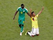 Kolumbiens Cuadrado jubelt, Senegals Sadio Mané zieht geschlagen davon (Bild: KEYSTONE/AP/GREGORIO BORGIA)