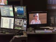 Blick in die Regie während der Aufzeichnung einer SRF-Sendung. Rund 250 Stellen sollen bei der Rundfunkanstalt in den nächsten vier Jahren wegfallen. (Bild: KEYSTONE/CHRISTIAN BEUTLER)