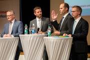 Die Regierungsratskandidaten Rolf Born (von links), Moderator Florian Ulrich, Fabian Peter und Jim Wolanin an der FDP-Delegiertenversammlung der FDP. Bild: Philipp Schmidli (Sempach, 28. Juni 2018 )