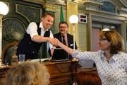 Philipp Kamm nimmt nach seiner Wahl zum Präsidenten der Synode Gratulationen entgegen. (Bild: Andreas Ackermann)