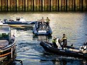 Die Wasserpolizei schleppt eines der beiden Unfallboote nach dem tödlichen Zusammenstoss ab. (Bild: KEYSTONE/EPA ANP/BART MAAT)