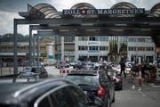 Der Grenzübergang St.Margrethen mit Blickrichtung von Österreich in die Schweiz. Hier wurden die italienischen Ausweise einer jungen Einbrecherin aus Kroatien als Fälschungen erkannt und die Frau festgenommen. (Bild: Benjamin Manser)