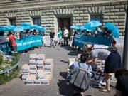 Übergabe der Petition für «sichere und legale Fluchtwege in die Schweiz» am Donnerstag in Bern. (Bild: Keystone/Daniel Rihs)