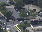 Fernsehbilder zeigen den Polizeieinsatz vor dem Gebäude der «Capital Gazette» in Annapolis. (Bild: Keystone/AP/)
