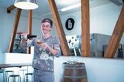 Julia Franzen produziert ihre drei Ales von A bis Z in den Räumlichkeiten auf dem Victoria-Areal. (Bild: Maria Schmid (Baar, 29. Juni 2018))