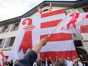 Am 18. Juni gedachten separatistische Anhänger dem Abstimmungssieg vor einem Jahr. Am Rathaus von Moutier wurde eine riesige Jura-Fahne aufgezogen. (Bild: KEYSTONE/JEAN-CHRISTOPHE BOTT)