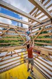 Hier entsteht der riesige Holzturm beim Pavillon am See. (Bild: Pius Amrein, 29. Juni 2018.)