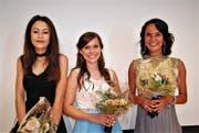 Für die besten schulischen Abschlüsse erhielten Sassly von Salis, Ladina Gadient und Aisha Gubser (von links) eine Auszeichnung am BZSL. (Bild: Markus Roth)