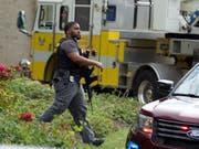 Ein US-Polizist auf dem Gelände des Firmengebäudes in Annapolis im Bundesstaat Maryland, wo sich in der Redaktion der Zeitung «The Capital Gazette» eine Schiesserei ereignet hatte. (Bild: KEYSTONE/FR159526 AP/JOSE LUIS MAGANA)