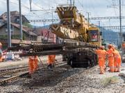 SBB-Mitarbeiter beim Ausbau von Schienen im Bahnhof Konolfingen. Der Bahnhof wird bis im Jahr 2020 ausgebaut. Aktuell wird an einem neuen Perron gearbeitet. (Bild: KEYSTONE/MARCEL BIERI)