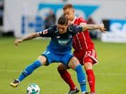 Hoffenheims Steven Zuber im Zweikampf mit Bayern Münchens Joshua Kimmich (Bild: KEYSTONE/AP/MICHAEL PROBST)