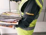 Die Post ändert 2019 die Preise für den Brief- und Paketversand nicht. (Bild: KEYSTONE/CHRISTIAN BEUTLER)
