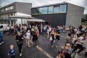 Schüler, Eltern und Interessierte begutachten die Erweiterungen am Schulhaus Trittenbach. Für alle Besucher gibt es kostenloses Essen und Trinken. (Bild: Reto Martin)