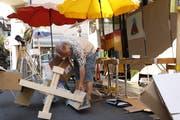 Adrian Hossli packt beim Aufbau an. (Bild: Ahmad Alizada)