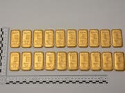 Die von der Polizei an der Grenze im Bergell entdeckten Goldbarren. (Bild: Kapo GR)