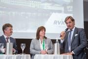 Arzt Josef E. Brandenberg (rechts) im Gespräch mit Verena Nold, Direktorin des Krankenkassenverbands Santésuisse und Moderator Hannes Blatter. (Bild: RVK/Monique Wittwer, Luzern, 29. Juni 2018)