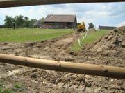 Zwischen der ehemaligen Scheune und dem Seeradweg sind Terrainarbeiten im Gang. Bild: Max Eichenberger