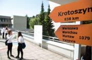 Wegweiser nach Polen - hier im Krienser Schulhaus Roggern.Bild PD