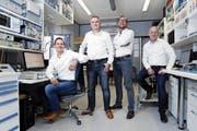 Thomas Käch, Armin Diethelm, Roland Käch und Peter Wüthrich (v. l. n. r.) im Emitec-Labor in Rotkreuz. (Bild: Werner Schelbert (Rotkreuz, 8. Juni 2018))