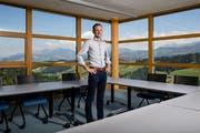 Studierzimmer mit Ausblick: Hotel-Inhaber Guido Furrer (41) in einem der drei Seminarräume auf dem Bramboden. (Bild: Philipp Schmidli, Romoos, 19. Juni 2018)